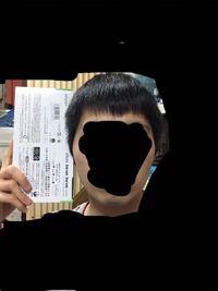 これって顔デカいですよね? ティッシュ箱より顔が大きかったら顔デカと聞いたことがあるのですが明らかに箱より大きいのですごくコンプレックスです。 皆さんから見てやっぱり大きいように見えますか?ティッシュの箱は約22.5センチで耳の横にひっつけて測りました。