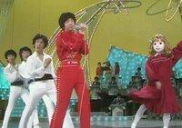 演者側から見て、左側で踊っている方は、有名なダンサーですか?