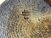 備前焼の窯印にお詳しい方、どうかご教示ください。   両親が若い頃に手に入れた備前焼の窯印がどちらの窯元(作者)なのか、教えていただけませんでしょうか? 度重なる転居で、箱も窯元のしおりも散逸してしまっているそうです。 また岡山に旅行する際に、出来れば窯元も訪れてみたいようです。 写真は どちらが上下かわかりませんので、花瓶正面を上にして撮影しました。 備前焼の窯印を調べてみたの...