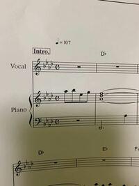 楽譜の見方がわかりません。 ここから(写真)キーを2つあげて歌の練習をしたいのですが、楽譜の調合を見て判別するのでしょうか?  また一般サイトには、Aメロの始まりの音がその曲のキーになるとも書いていたのですが、 この曲のAメロ始まりはA♭のキーになっています。 一般サイトで見たこの理論が正しいのでしょうか?  この曲は元々何キーなのか、そして 2つ上げるとキーは何になるのか知りたいです。
