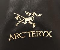 アークテリクスの並行輸入品のリュックを購入したのですが(マンティス26 )このロゴは本物でしょうか?