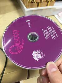 今日、レコードを聴いていて袋に戻すときにレコードの片方の端だけをつまんで袋に入れてしまいました。まだ、レコード初心者で扱いがわかりませんでした。この場合、レコードが曲がってしまう可能性はありますか?そ んなに長いわけではなく、少しの時間でしたが心配です。   こんな風にです。(CDで代用していますが)