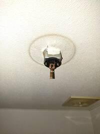 トイレの電球を交換したらうまく点灯せず、ソケット?を壊してしまいました…  なおしかた、また新しいソケットへの交換方法を教えてください。