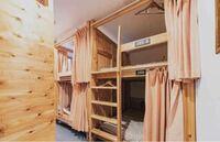 ドミトリールームって? 年末に1泊だけですが大阪に行きます。ドミトリールームという種類のホテル?がすごく安くて、いろいろ調べて画像のようなホテル(部屋)に泊まる予定なのですが、男女共用というのが少し気になっています。 セキュリティ面とかは大丈夫なのでしょうか? (財布とかは眠っている時もパジャマの中に入れておくつもりです。)