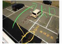 賃貸物件の駐車場について。(写真あり) 賃貸物件を借りようと思っているのですが、駐車場が前向き駐車で出し入れが大変か心配です。 毎日のことなので、この場所が駐車スペースとのことですが これは運転が苦手な人間には大変ですかね?