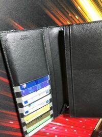 プラダの財布 長財布を買ったのですがカード類が出しにくいです。 プラダてこんなもんなのでしょうか? 光沢素材でカードが引っ付くみたいで全然出ません。 買って後悔。