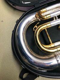 ユーフォニアムのシャイニーケースの入れ方を教えてください。 こんなに楽器とケースの間は薄いものですか?
