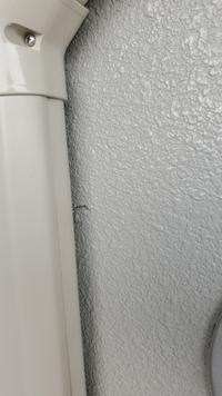 このコンクリート面を直す方法を教えてください。  ドリルでコンクリート穴あけの際、コンクリートの表面がめくれてしまい、 完璧でなくてもいいので、ごまかせる?位の直し方を教えてくださ い。 まったくの...