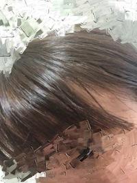 髪色についてです。 イベント会社に登録しています。 先日、髪を染めました。 この髪色は大丈夫でしょうか…?  一応ガイドラインには、日本ヘアカラー協会のレベルスケール5〜6までと書い てあります。(登録会の時には、もうちょっと明るい人もいたような?) また、初めて染めたので、この色がレベルスケールでいうどのくらいなのか、イマイチよく分かりません。  そして、まだ勤務したことが...