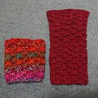 かぎ針で、レッグウォーマーを編んでいます。友人(アラフォー)にプレゼントする予定です。 左はマルチカラー・アクリル100%の毛糸で編んだ、まだ編みかけのもの、右は少し高めの毛糸で編んだレ ッグウォーマーの片足分です。 右の赤い方では、地味でしょうか?