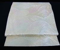 黒留袖、色留袖に波模様のみのこちらの帯を合わせたいのですが、ルール的には大丈夫でしょうか? 白ベースに銀糸が使われた袋帯です。