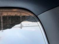 スモークフィルムについて質問させて頂きます。 車のリアガラスに中が見えにくい様にスモークフィルムを貼ろうと考えてます。 ただ、いまの車にフィルムが貼ってあるように感じます。 これっ てフィルムなのでしょうか? この場合、スモークフィルムを貼るのはどうするのがよろしいのでしょうか?