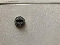 ガスメーターボックスを開けたいのですが開きません。こういうタイプの鍵なんですけどどうすれば開きますか?そして身近にあるものでこういうのを開けれる物ってありますか?