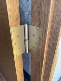 ドアの蝶番の軸部分を外す方法はあるのでしょうか? 購入した洗濯機搬入のため、洗面所のドアを外せるとスムーズに搬入できそうです。 ドアには写真の蝶番がついています。  蝶番の軸部分から取り外すことはでき...