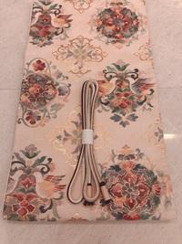 頂き物の西陣織(と聞いています)の袋帯ですが、締める機会がなくずっと箪笥に眠っていました。 花喰い鳥正倉院紋で縁起の良い柄だとは思うのですが、どのような着物に合わせたら良いでしょうか 。 30歳既婚者に...
