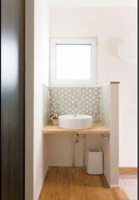 洗面台の増設について。 一軒家です。 玄関に手洗い場として小さめの洗面台を付けたいのですが、トイレや風呂場の近くでもないのですが、増設可能ですか?どうやって水道の配管を繋ぐんですか??かなり大掛かりな工事ですか??  写真のイメージです
