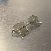 このサングラスにメガネのレンズを入れたいのですが、果たして入るでしょうか… 友人から貰ったもので、愛着が有るのですが、フレームについて知識や情報が乏しく分かりません。 詳しい方がいらしましたら、教えて...