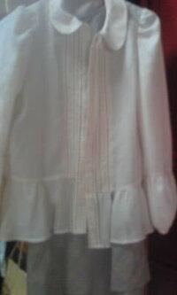 ボウタイブラウスのインナーは何を着ればいいですか? シフォン生地?っていうんでしょうか? ボウタイブラウスを購入したのですが凄い透けるので インナーに何を着ればいいかわかりません。 ワンピの上から羽...