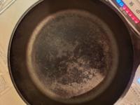 スキレット鍋についてお尋ねです。 シーズニング後、ほぼ毎日使い続けて一ヶ月ほどです。  この状態はどういう状態ですか?  ところどころは黒いコーティングが出来ていますが、ところどころは剥がれています。  このまま使い続けて大丈夫なんでしょうか?