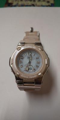 baby-Gの時計の合わせ方を教えて下さい。 最近、Baby-G5133を購入しました。 デジタルの時計は合っていますが針は狂ったままになっています。 説明書を読んで合わせようとしましたが駄目でした。  左上を長押しするとサマータイム時間になるだけですし、左下を何度も押してもH.SET画面が出てきません。 他に合わせ方はあるのでしょうか?