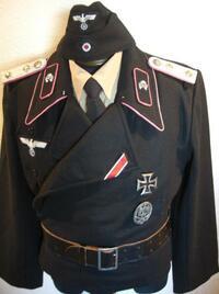 メンズファッションについての質問です。 写真を始めとする、昔の欧州の軍隊の黒服のような、襟が太く、左側を前にしたような…語彙力や表現力がないのですが…コートの正式名称ってなんなんです か?そして今売ってるんでしょうか?