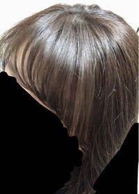 髪色について質問です。 黒髪用の泡カラーで焦げ茶髪からグレージュに染め直したんですが、これってグレージュに見えますか?ムラはないように染めたんですがなんか変じゃないですか?何色に見えますか?