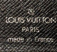 ルイヴィトンのタイガの折り財布です。 長い間使っていたのですが正規店での購入ではなかったので本物なのか気になっています。 擦れてロゴが見えなくなっているところがあります。 本当は買取店で見てもらうのが一番なのでしょうがわかる方ご回答宜しくお願いします。
