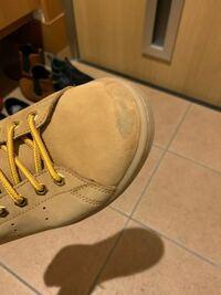 アディダスのスタンスミスの革靴なんですが 1日履くとつま先の部分が必ず真っ黒になります でも何日かおくと元に近い色に戻ります 写真は履いてから元色に戻る途中のもので 全然マシな状態でもっと真っ黒になりま...