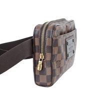 40代男性です。画像のようなヴィトンのダミエのバムバッグ(N41101)を気に入り、前掛けで財布などを入れて使いたいと思いますが、レディースラインのようです。男性で使うのはおかしいでしょうか?