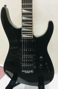 ギター詳しい方お願いします。こちらのギターの三つの小さなつまみは、なんですか?ギター詳しくないのでよろしくお願いします。