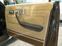 ドアの内張りに新車時の薄いビニールでは無く厚めの保護ビニール?(画像)を施工する業者、このビニールの名前などが全然、調べても出て来ません! よく旧車と呼ばれる古い車種に施工されているのを見ます!今でもや ってくれる業者はいるのでしょうか?詳しい方教えて下さい。