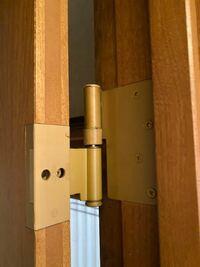 【蝶番調整】ドアの蝶番調整についてです。 ひとつの扉にこのような蝶番が3つ付いています。 15年ぐらい経つのですが ドアが下枠を擦っていたので、下の蝶番の上下調整をすると、ドアの右上が枠に当たりだしたの...