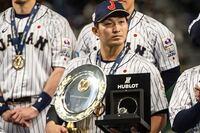 広島・鈴木誠也があと2シーズンを通り越してから FAの権利を得られます。もし巨人に移籍となら 背番号はどうなりますか?  1番、3番、4番は永久欠番のため継承できないけど  個人的は5番が似合うと思います。  ただ現在は中島宏之が背負っていて オリックスから移籍しまだ2年目です。  仮にあと2、3年ぐらいで戦力外の可能性も おかしくありません。  中島さんに申し訳ない言い方ですみません。