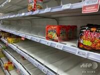 シンガポールでコロナウィルスの影響による生活必需品の買い占めが発生しており、商品が売り切れ状態となっているようです。 シンガポールってそんなに感染者多くなかったと思うのですが、なぜにパニックに陥って...