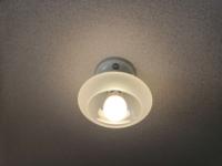 至急、ご教示教下さい。 古い賃貸物件を借りようとしていますが、リビングの天井ライトが裸電球(パナボール60W)になってました。 引っ越し後には、LEDのシーリングライトを付けたいのですが、写真の天井の照明器具を見ただけでは、どうすれば付けれるのか、わかりません。  日当たりがよい部屋ではなく、引っ越し直後、最初に照明器具を付けないといけません。近くに電気屋がありますが、出来れば自分で据え付け...