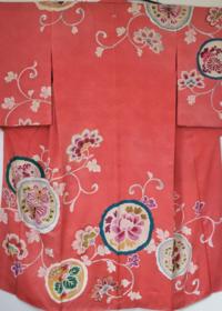 この着物の種類、ふさわしい着用シーンを教えて下さい。 背中心に控えめに紋が入っています。模様の所々に刺繍が施してあり、裏地は紅絹です。  また帯はどのような物が良いでしょうか?  梅などの刺繍が入った黒...