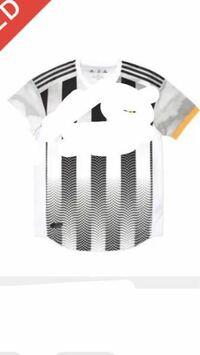 ブランドTシャツ探しています。 友人がロゴを隠した写真を見せてきてきて、安く買えたと自慢してきたので特定してぎゃふんと言わせたいです。  海外ブランドだと思うのですが、確証はありません。 是非お力添えを...