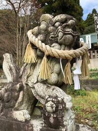 とある神社にいた狛犬ちゃんです。 足元にも子供の?狛犬ちゃんが・・・。 この対の狛犬さんの足元には何もありませんでした。 足で踏んでるのはどう言う意味があるんでしょうね?