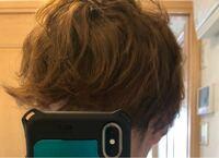 天然パーマです。 下に写真を載せたのですがこれはどのくらいのレベルの天然パーマになりますか? 自分的にはすごく嫌で縮毛矯正も試したのですが髪が痛んでしまい、この状態で来月までかけることができません。 なんかいい解決方法などあったらお聞きしたいです。