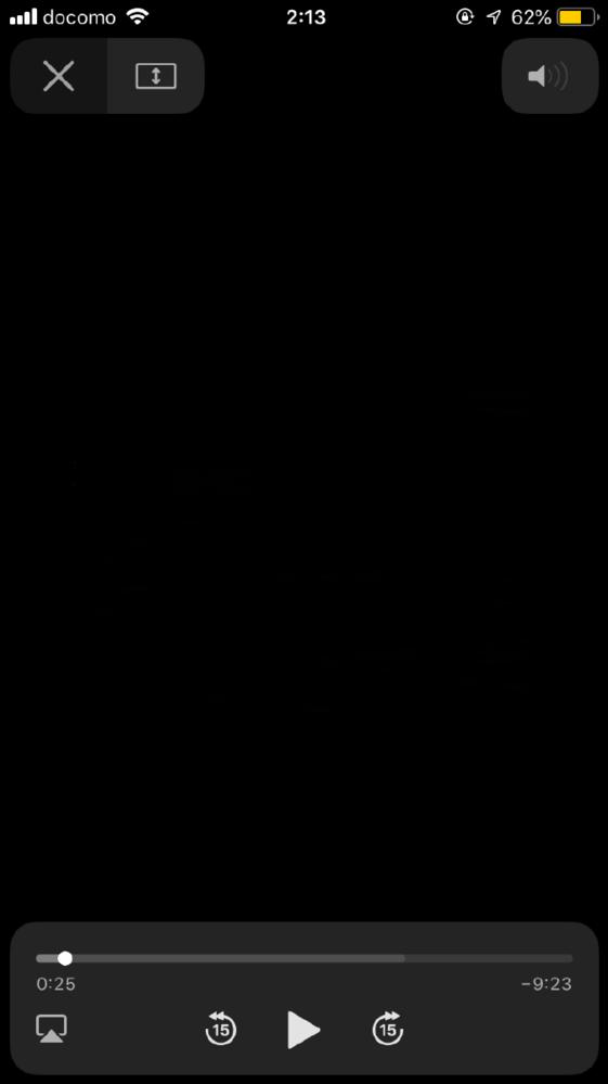 ネットで動画を見てる時とかに出てくる、 この左下の四角の下に 三角があるマークってなんですか? この前、触ってないのに 青くなっていた時があって、 どういう意味の物なのかが不安なの で 教えていただけると嬉しいです。