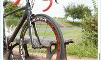 ロードバイクとかのタイヤってこういう文字が入ってるのが多いじゃないですか? こういうふうに文字の入ってる部分をなんで言うんですか? 普通の自転車だったらこのタイヤで言うと文字の部分がなくブレーキで擦...