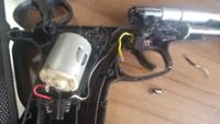 電動ハンドガン(PC356)の配線について質問です。 こないだ、電動ガンを分解した際に力を加えす  ぎたのか、モーターとセミ、フルの切り替えス  イッチが半田付けされている配線が外れてしま  いました。また、そ...