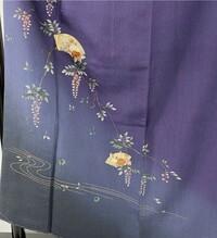 着物の柄に藤?が入っています。 画像の着物を着る季節について質問があります。  付け下げか訪問着かわかりませんが、紫色に藤と扇の柄が入っています。 子供の卒業式に着ようと思ったので すが、ネットで調べると藤は5月頃に着るものだと書いてありました。 一応扇の中に違う花も描かれていますが、全体のメインは藤の花です。 ちなみに、袖の柄は藤のみで扇はありません。  こちらは季節問わず...