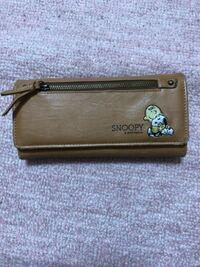 この財布は何歳ぐらいの感じですか?子供っぽいですか?高校生が使っていたらおかしいですか?裏や中には何も書いてないです。表の右下のみにスヌーピーがいます。