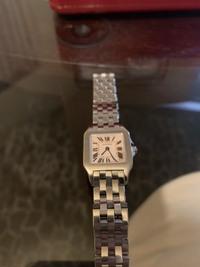カルティエの腕時計の修理に関しての質問です。  先日、新品のまま数年間放置していたカルティエの時計を、個人経営の時計屋さんに電池交換に出しました。その際、電池が液体漏れしていたため オーバーホールが...