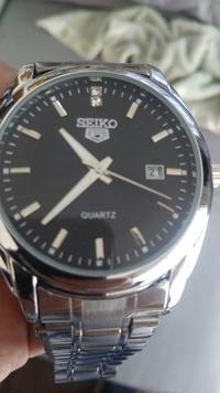 この時計は偽物でしょうか?裏蓋の記載はステンレススチール、バックウォーター、レジスタント、SEIKO5のみです。