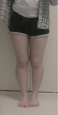女子高生です。 この脚どう思いますか? 本音大丈夫です。 私が傷つくような言葉言って欲しいです。 モチベーションにさせてもらいます。