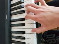 まらしぃさんについてなんですが、ナイト·オブ·ナイツという曲のサビを弾くとき、昔は、ファ·ミ·ファ·ミのところを薬指·中指·薬指·中指と弾いていた(分かりにくくてすみません)のですが、弾き直してみた2018など...