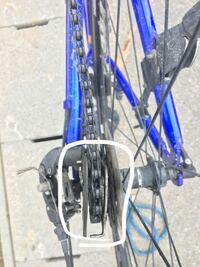 クロスバイク 修理 写真の囲った部分の角度がチェーンと平行でなくなってしまっているのですが、これはどのようにすれば直せるのでしょうか?自転車屋で修理してもらうしかないのでしょうか?また、修理費はどの...