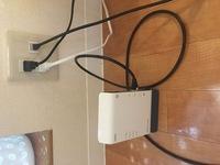 Wi-Fiのルーターの接続がうまくできません。 インターネット環境のあるワンルームに住んでいます。 姉から譲ってもらったルーターを繋げたのですがまず電源がつきません。 何か線が足りない とかでしょうか?  わかる方教えてください!